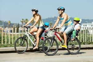 Der Kindersitz ist ein Fahrradzubehör für Familien mit kleinen Kindern.