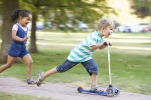 Sportliches Freizeitzubehör für Kinder sind z. B. Kickboards.