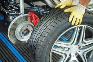 Ob für den Winter oder den Sommer: Reifen sind ein unverzichtbares Autozubehör.