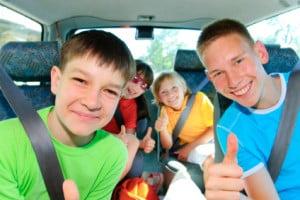 Ein Kindersitz-Test überprüft Kfz-Sicherheitsvorrichtungen für Kinder, die der Gurtpflicht in Deutschland unterliegen