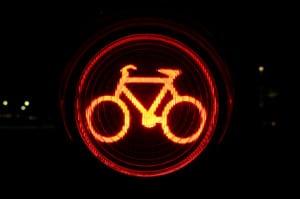 Wenn Sie den Radhelm einem Test bei Dunkelheit unterziehen, sollten zusätzliche Reflektoren nicht fehlen.