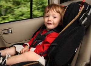 Die Kindersitzerhöhung gibt es auch mit einer Rückenlehne