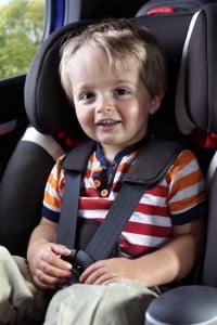 Die herkömmliche Sitzerhöhung fürs Auto ist im Gegensatz zum Kindersitz nur ein Kissen aus Plastik oder Styropor, was keinen Schutz verspricht