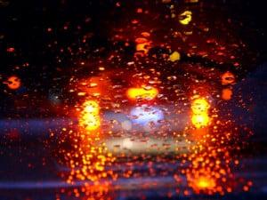 In einem Scheibenwischer-Test muss die Funktionsfähigkeit bei Regen geprüft werden.