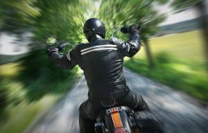 Besonders bei niedrigen Temperaturen, Rollsplitt und Stürzen schützen Motorradhandschuhe die Hände.