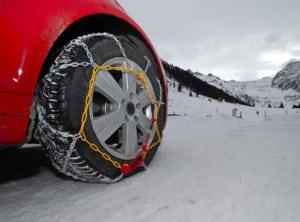 In Gebirgslagen und schneereichen Regionen sollten Sie zeigt ein Reifenvergleich: Winterreifen und ggf. Schneeketten sind die sicherere Wahl.