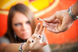 Ein Einweg-Alkoholtester ist zwar nicht beim Drogennachweis hilfreich, aber kostengünstig und warnt vor zu viel Alkohol im Atem.
