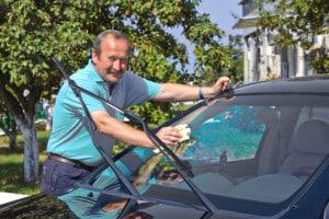 Ob mit einem teuren Gold-Class-Markenprodukt oder einem günstigen Neutral-Shampoo, fleißiges Putzen befreit jedes Auto vom Dreck.