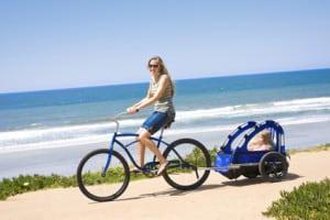 Kinder unter einem Jahr können noch keinen Fahrradhelmtragen - Ein Anhänger ist hier die beste Transportmöglichkeit.