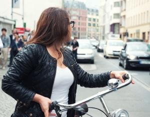 Rennräder in einem Test prüfen: Beachten Sie, dass Zubehör wie Beleuchtung und Klingel für den Stadtverkehr noch dazu gekauft werden muss.