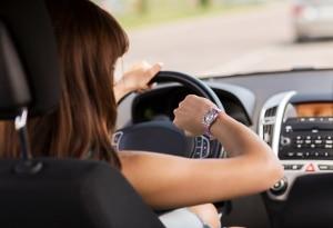 Trotz Telefongespräch aufmerksam bleiben? Machen Sie den Test! Eine Bluetooth-Freisprecheinrichtung sorgt dafür, dass der Fahrer konzentriert bleibt.