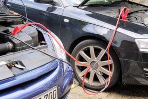 Mehr als ein Test zeigt: Ein Ladegerät für die Autobatterie kann ein Starterkabel oft ersetzen.