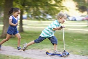 Elektro-Scooter: Nach Ihrem Test merken Sie schnell, dass die Gefährte für Kinder oft ungeeignet sind.