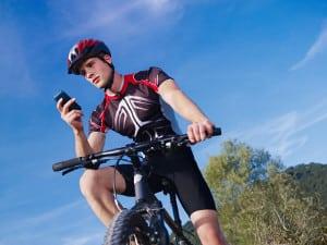 Auch fürs Mountainbike: Sitzen die Fahrradbrillen in einem Test besonders fest, können Sie auch Erschütterungen gut standhalten.