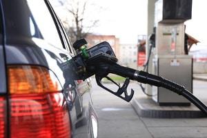 Gute Tretroller für Erwachsene können kurze Autofahrten unnötig machen und so Benzin sparen.