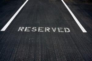 Eine persönliche Longboard-Bewertung lässt sich gut auf einer glatten Fahrbahn vornehmen.