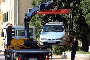 Der Abschleppseil-Test informiert über die besten Abschleppseile - wenn es ganz schlimm kommt, muss das Auto auf einem Anhänger abtransportiert werden.