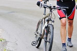 Vor einem selbst durchgeführten Fahrradhelm-Test sollten Sie eine Kaufberatung in Anspruch nehmen.