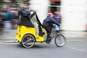 Crash-Test mit einem Fahrradhelm fürs Rennrad: Ohne passenden Helm ist jeder gefährdet.