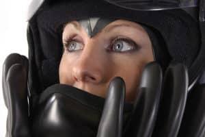 Auch die beste Motorrad-Lederkombi bietet nicht genügend Schutz, wenn der Motorradhelm fehlt.