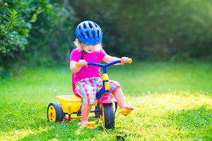 Die Dreiräder im Test fördern die kindliche Koordination.