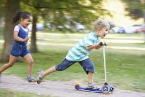 Die Kinderroller im Test fördern die motorischen Fähigkeiten.