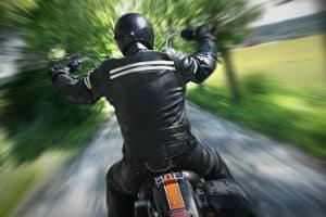 In einem Motorrad-Lederkombi-Test können sowohl Einteiler als auch zweiteilige Kombis vertreten sein.