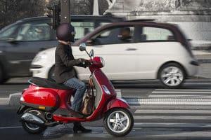Mithilfe einer Auffahrrampe können kleinere Fahrzeuge wie z. B. Roller transportiert werden.