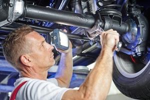 Mit einer Auffahrrampe aus dem Test können Reparaturen an der Unterseite des Fahrzeugs vorgenommen werden.
