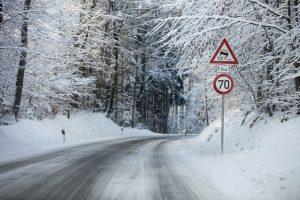 Eine Schneeschaufel, die in einem Test gut abschneidet, ist meist auch eine echte Hilfe im Winter.