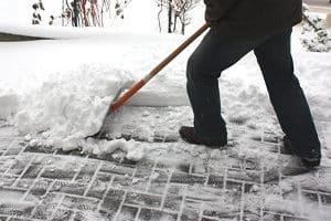 In einem Schneeschieber-Test werden die Utensilien auf diverse Kriterien überprüft.