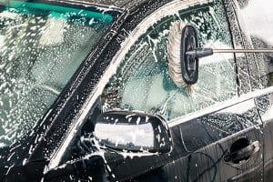 Mit einer Autowaschbürste aus dem Test kann der Besitzer seinen Wagen selber reinigen.