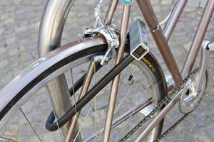 Ein Bügelschloss wie im Test gilt als die sicherste Form des Fahrradschlosses.