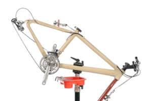 Ein Fahrrad Montageständer wie im Test erleichtert Reparaturen.