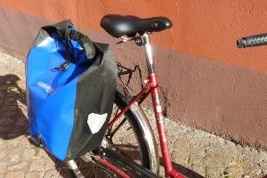 Eine Gepäckträgertasche wie im Test schafft Transportmöglichkeiten.