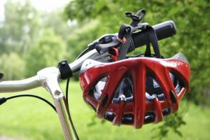 Auch als Fahrradzubehör für Kinderfahrräder unverzichtbar: der Fahrradhelm.