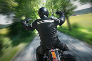 Motorradbekleidung wie eine Lederkombi ist ein Zubehör, das den Körper schützen soll.