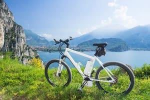 Bei einem E-Bike ist der Radfahrer auf Zubehör wie einen Akku angewiesen.