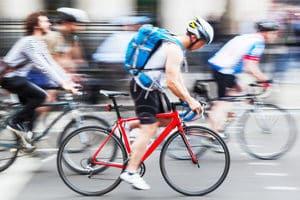 Der Transport von Gepäck auf dem Zweirad ist mit Radzubehör wie dem Fahrradrucksack möglich.