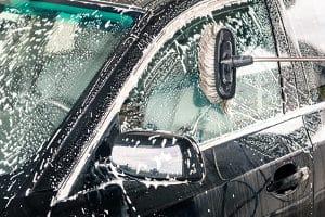 Bevor ein Rostumwandler in Ihrem Test zum Einsatz kommt, müssen Sie das Auto säubern und den gröbsten Rost entfernen.