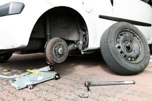 Um Unterstellböcke einem Test zu unterziehen, ist ein Wagenheber nötig.