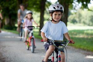 Fahren mit Inline-Skates: Beim Praxis-Test sollten Sie auf einen Helm nicht verzichten.