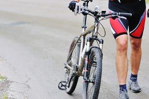 MTB-Schuhe in einem Test begutachten: Nicht jedes Modell ist mit jedem Fahrradtyp kompatibel.