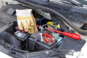 Mit einem Refraktometer wie im Test lässt sich der Ladungsstand der Autobatterie ermitteln.