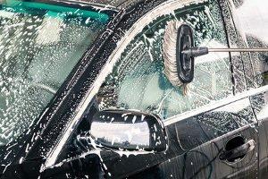 Bevor eine Poliermaschine in einem Test geprüft werden kann, muss das Auto gewaschen werden.