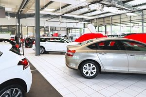 Elektroauto fürs Kind im Test: Nicht nur die Großen können im Autohaus ein Fahrzeug kaufen.