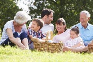 Ein Grilleimer wie im Test ist ideal für ein Picknick im Grünen.