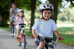 Es muss kein Fahrradhelm sein: Ein Reiterhelm fürs Kind ist auch in einem Test zu finden, da es die Helme schon in kleinen Größen gibt.