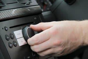 Das sollten Sie bei einem DAB-Autoantenne-Test beachten: Sie benötigen ein kompatibles Autoradio.