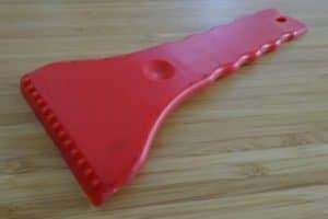 Ein eher einfacher Eiskratzer aus Plastik